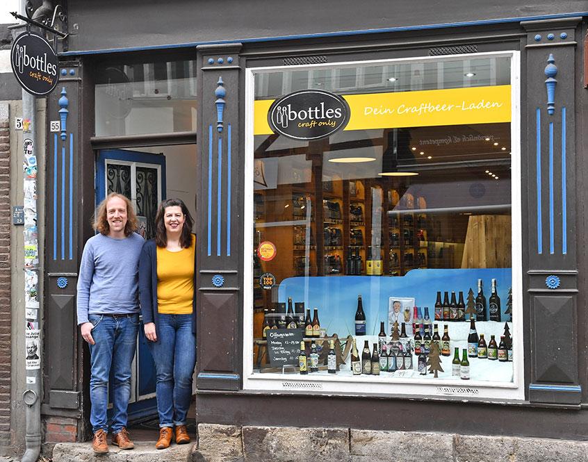 Martina Roewer und Elmar Deden in der Lange-Geimar-Str. 55 37073 Göttingen vor dem Geschäft Bottles Göttingen.